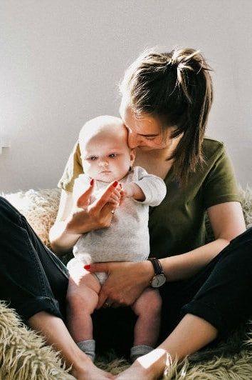 mama cargando a su hijo