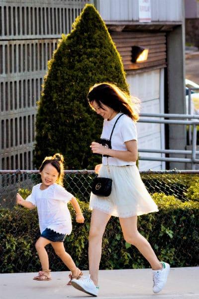 mama e hija felices sonriendo